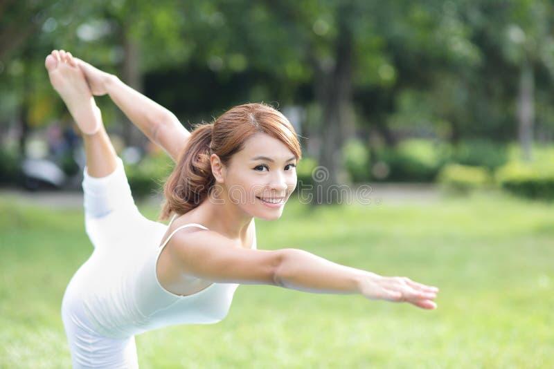 Den unga sportflickan gör yoga arkivfoton