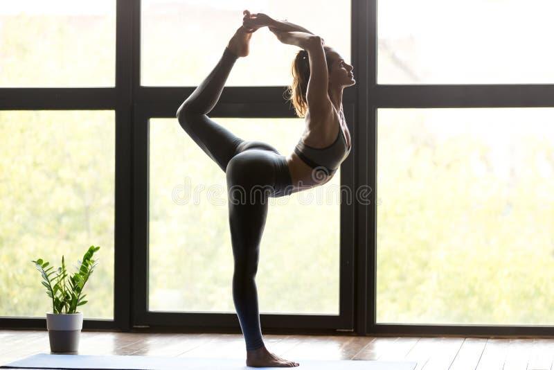 Den unga sportiga kvinnan i Herren av dansen poserar arkivbilder