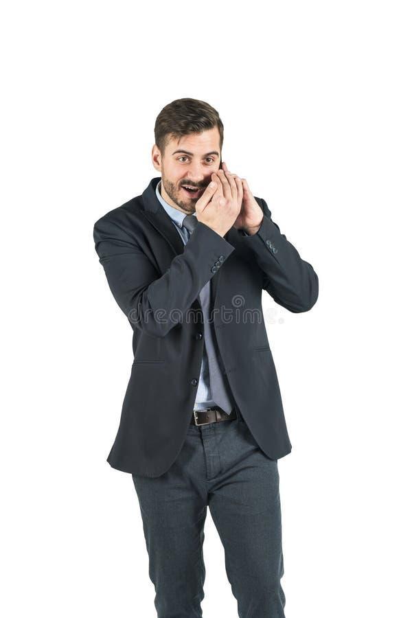 Den unga stiliga affärsmannen är på att skapa för telefonsamtal skvallrar bakgrund isolerad white Begrepp av den företags hemligh arkivbilder