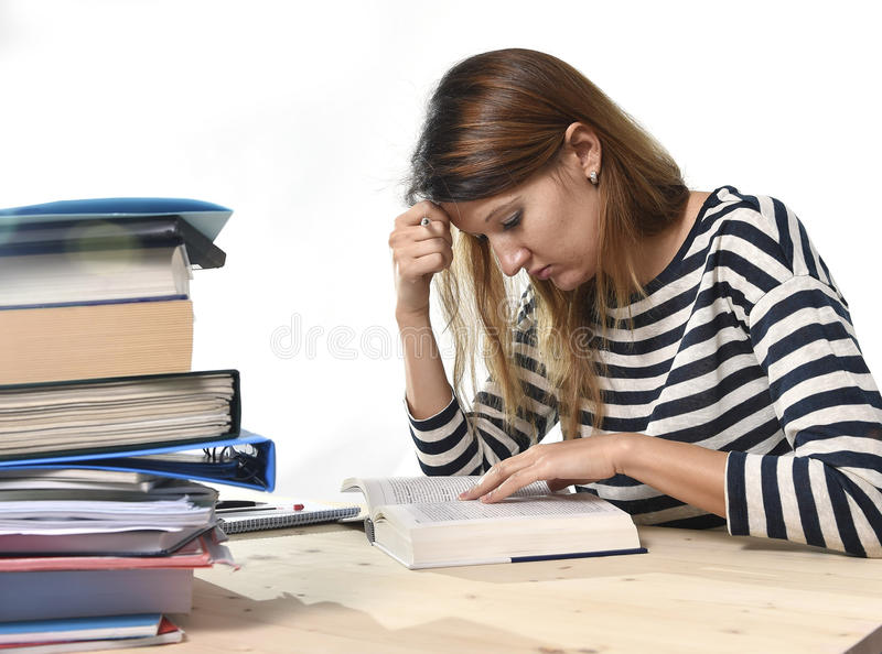 Den unga studentflickan koncentrerade att studera för examen på begreppet för utbildning för högskolaarkivet royaltyfri fotografi