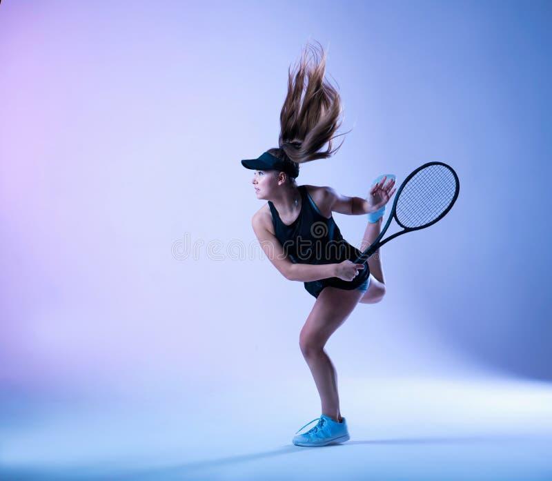 Den unga tennisspelaren gör slaget royaltyfri bild