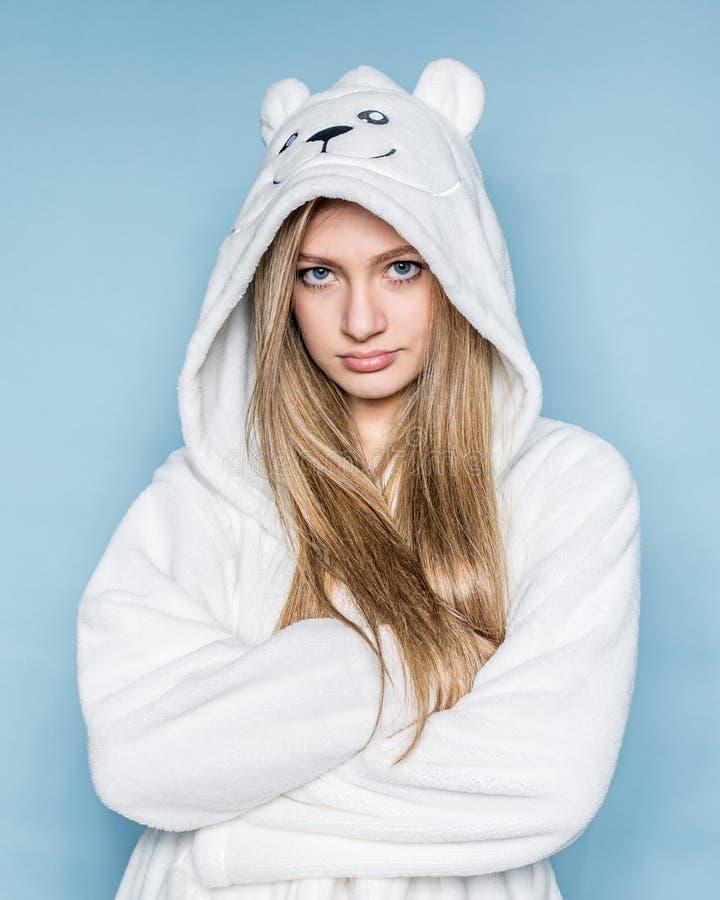 Den unga tonåriga bärande vita ämbetsdräkten för flickan isloated arkivbilder