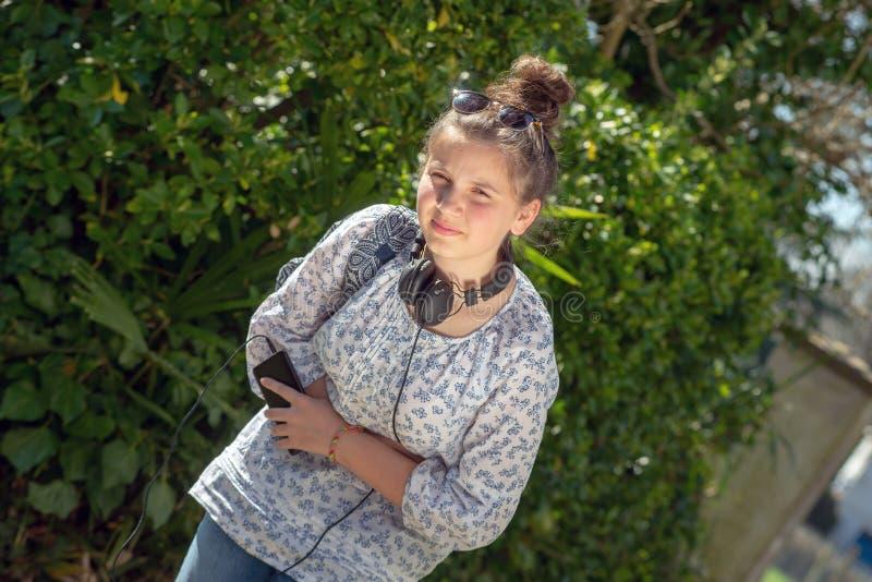 Den unga tonåringflickan har en mageknip arkivbild
