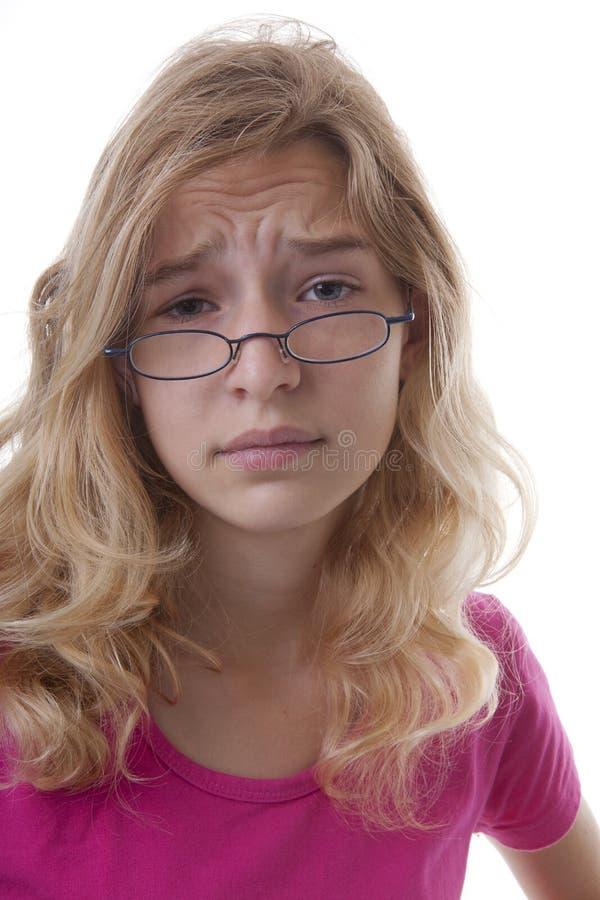 Den unga tonårs- flickan ser udda arkivbilder
