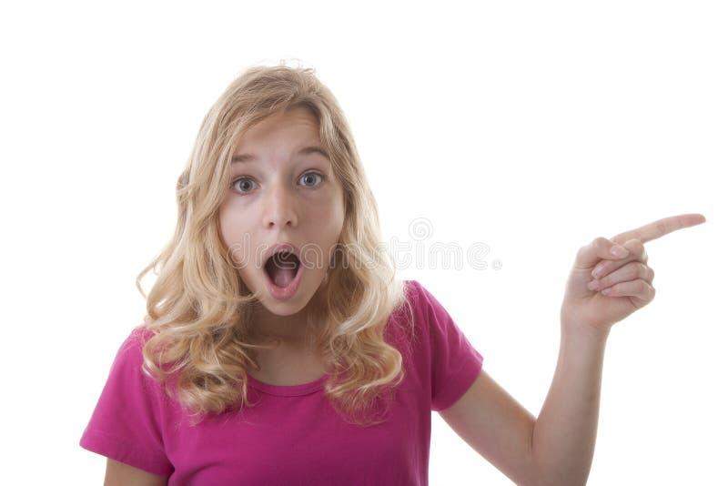 Den unga tonårs- flickan visar dig något arkivfoton