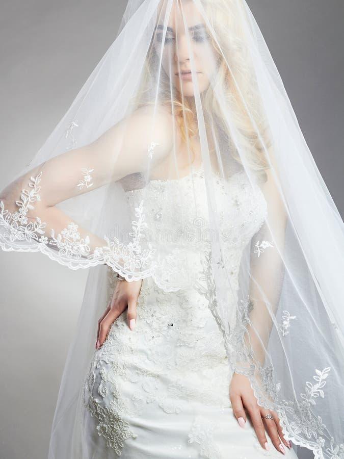 Den unga ursnygga brudkvinnan med skyler royaltyfria bilder