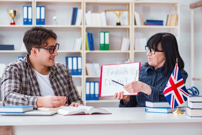 Den unga utländska studenten under kurs för engelskt språk royaltyfri fotografi