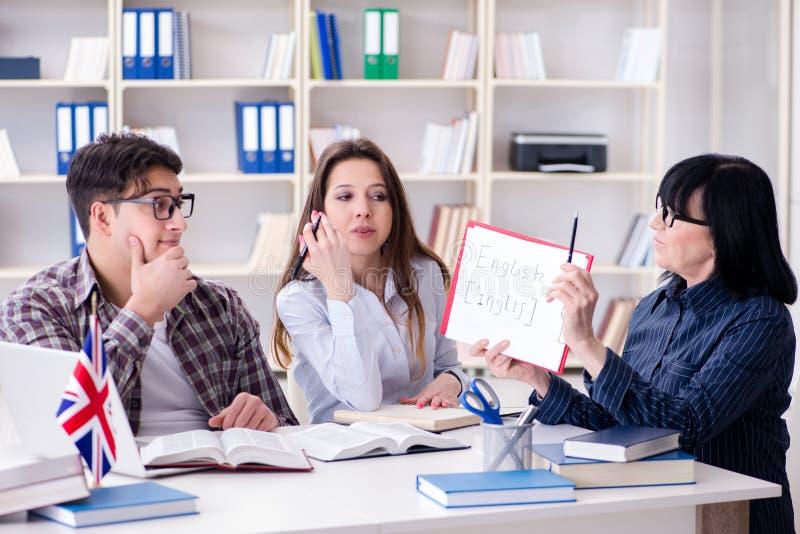 Den unga utländska studenten under kurs för engelskt språk arkivfoto