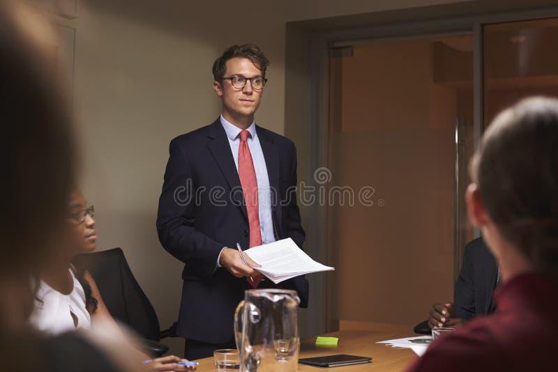 Den unga vita affärsmannen tilltalar laget på mötet, låg vinkel royaltyfria foton