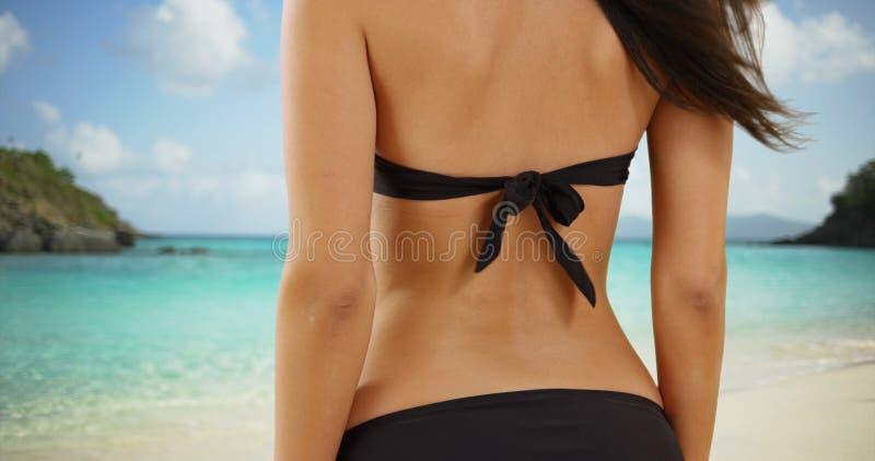 Den unga vita flickan ser av på den karibiska horisonten royaltyfri bild