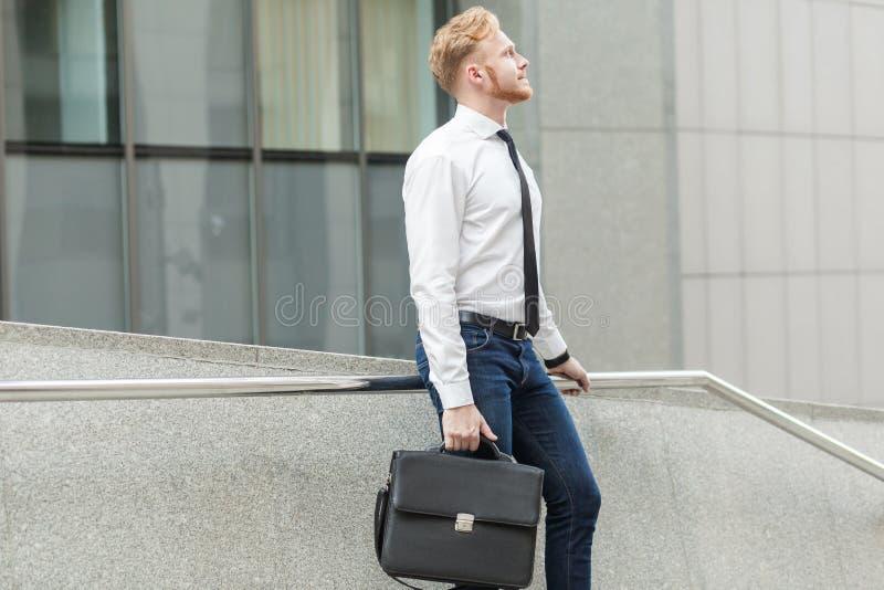 Den unga vuxen människabrunnen klädde affärsmannen som undrar och drömmer för ett nytt jobb fotografering för bildbyråer