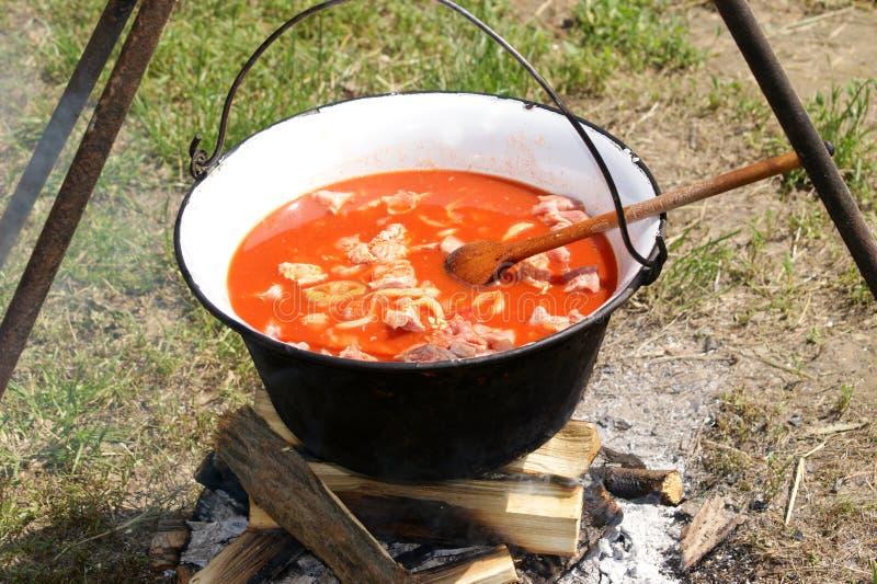 den ungerska kettlen gör utomhus- soup kryddig till arkivfoto
