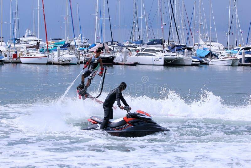 Den Unidentfied mannen visar flyboardakrobatik, royaltyfria bilder