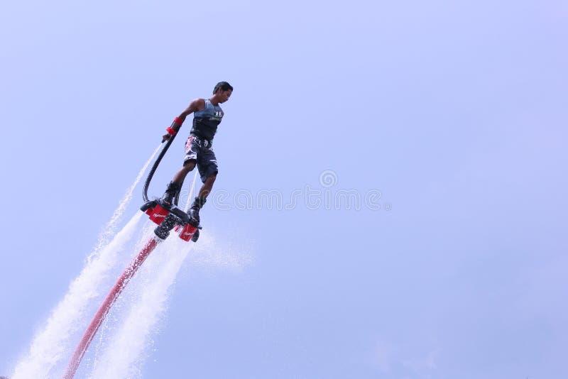 Den Unidentfied mannen visar flyboardakrobatik, fotografering för bildbyråer