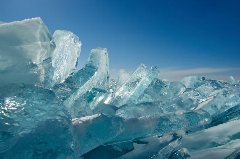 Den unika isen Lake Baikal nära den Olkhon ön royaltyfri foto