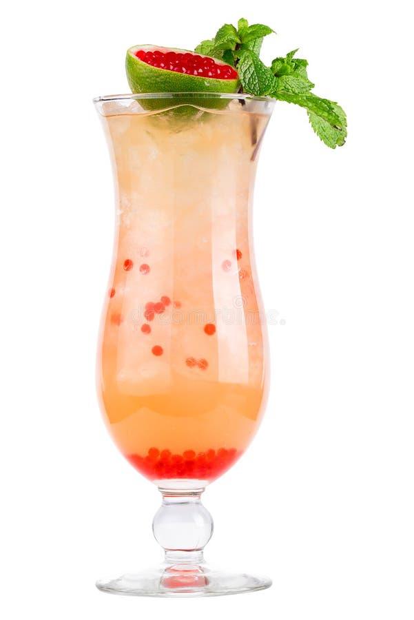 Den uppfriskande kalla coctailen i ett exponeringsglas dekorerade med limefrukt och mintkaramellen Coctail - molekylär kokkonst arkivbild