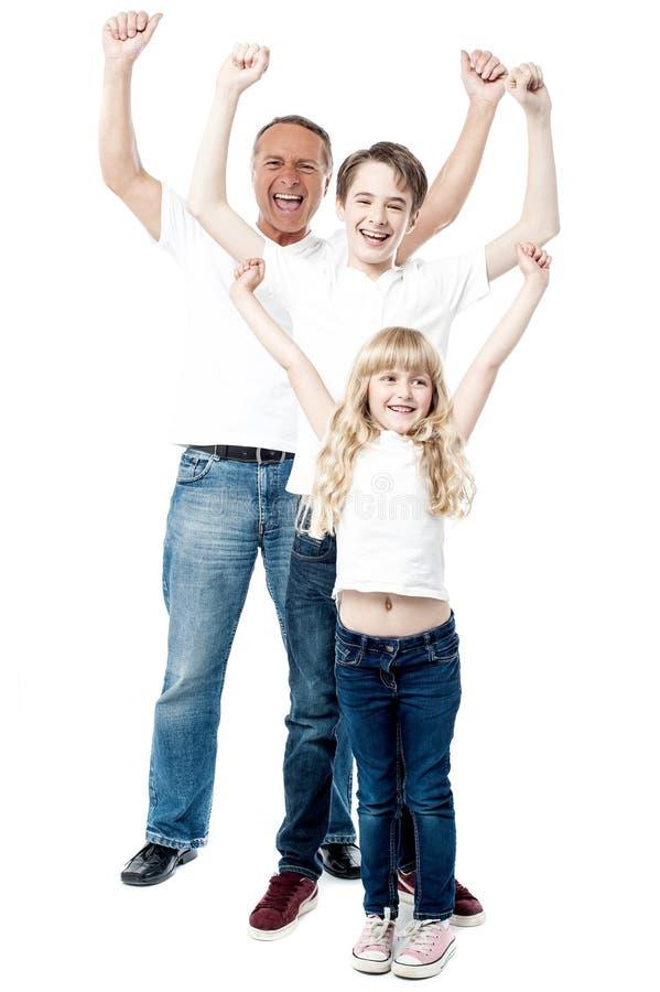 Den upphetsada familjen med beväpnar upp fotografering för bildbyråer