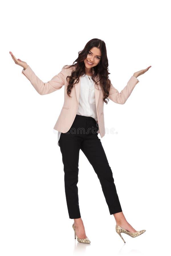Den upphetsade affärskvinnan tar en pilbåge och välkomnanden royaltyfri bild