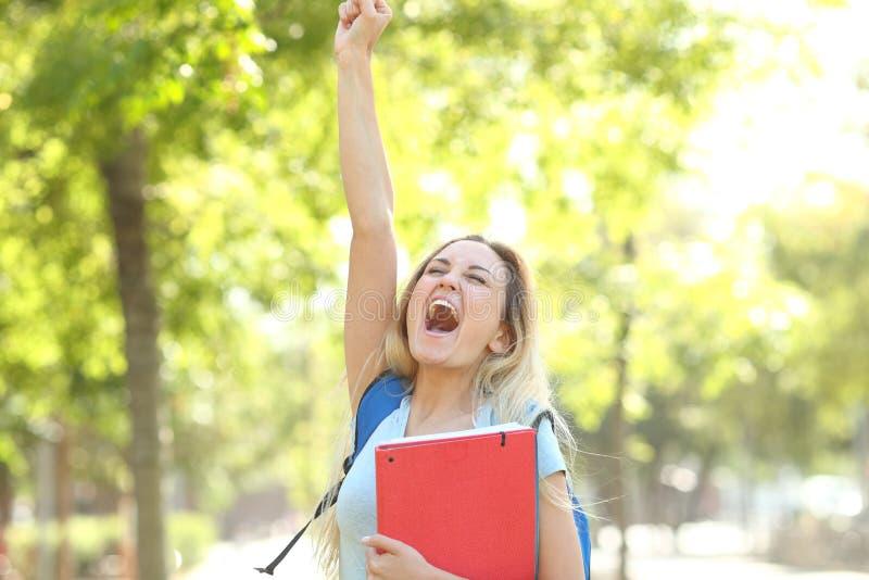Den upphetsade studenten firar framgång i parkerar arkivfoton