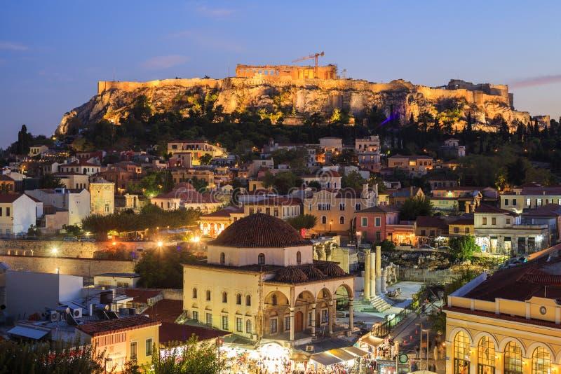 Den upplysta akropolen vaggar Athens Grekland royaltyfri foto