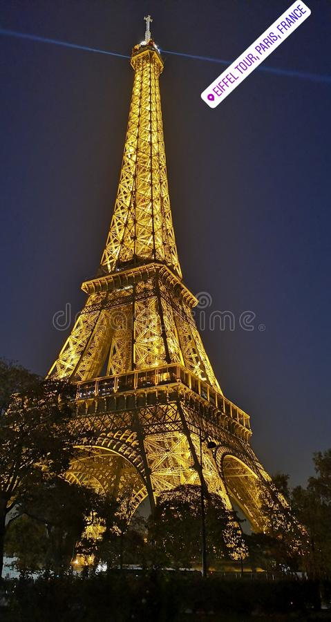Den upplysta Eiffeltorn royaltyfri fotografi