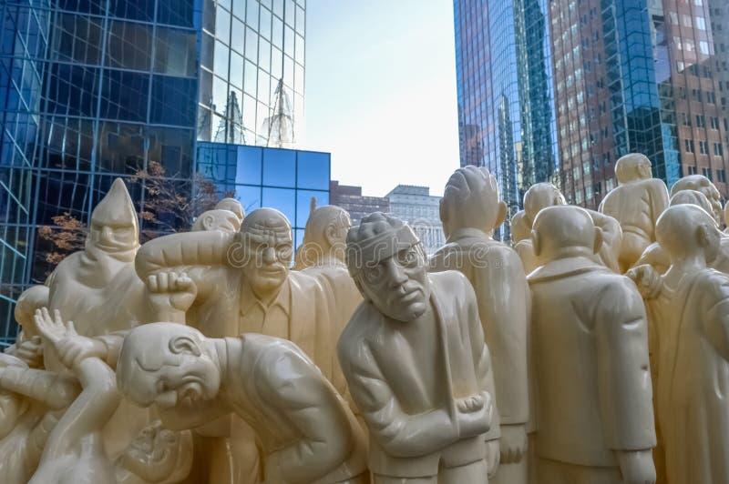 Den upplysta folkmassan är en offentlig skulptur arkivbild