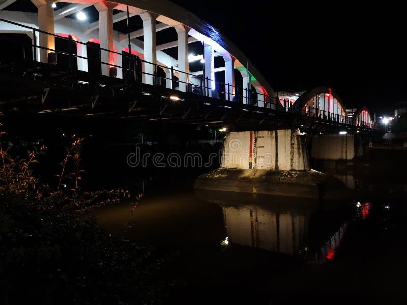 Den upplysta gamla vita bron på natten, den Ratchadapisek bron smyckade med färger fotografering för bildbyråer