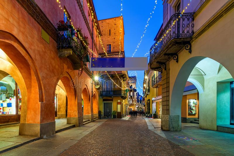 Den upplysta gatan i den gamla staden Alba arkivfoto
