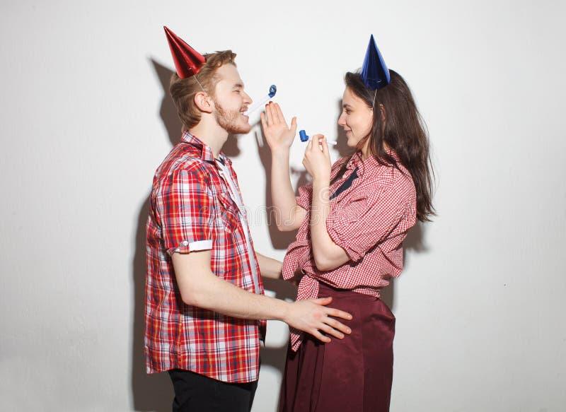 Den uppnosiga grabben och flickan har gyckel på partiet royaltyfri fotografi