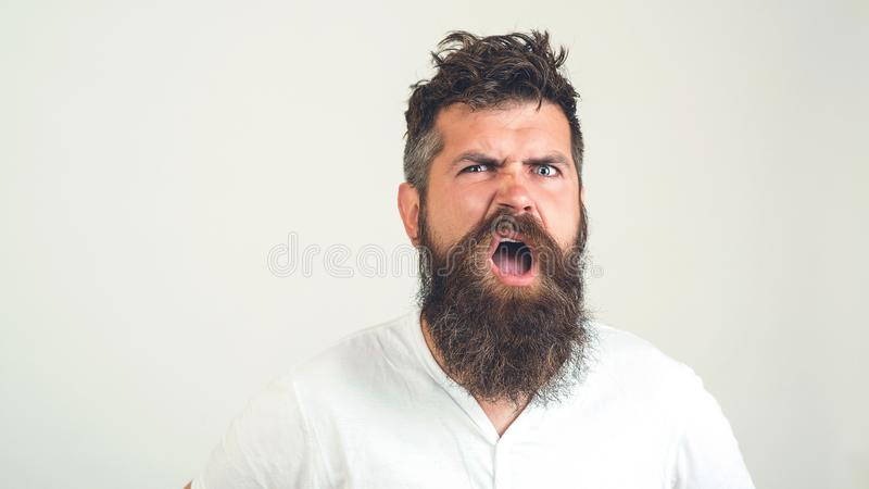 Den uppsökte galna mannen förväxlade framsidan Ilsken man med skägget med sinnesrörelse, på vit bakgrund Sinnesrörelse framsidaut fotografering för bildbyråer