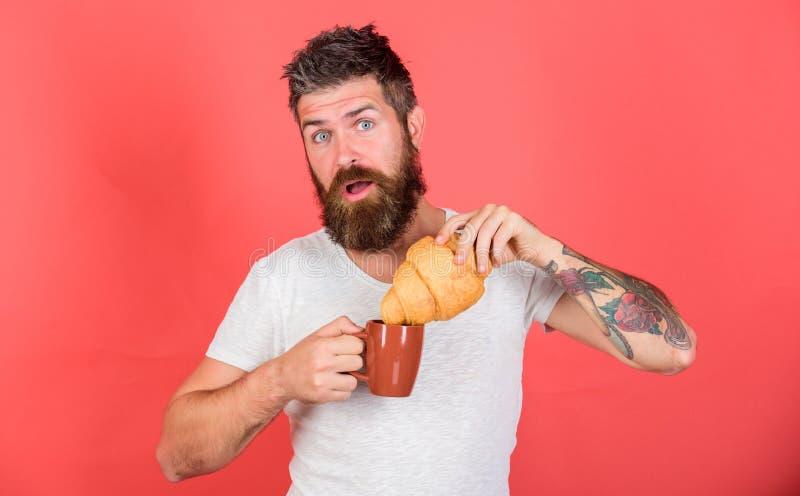 Den uppsökte hipsteren tycker om frukostdrinkkaffe Gastronomiskt nöje Manstartmorgon med koppen kaffe och nytt royaltyfri fotografi