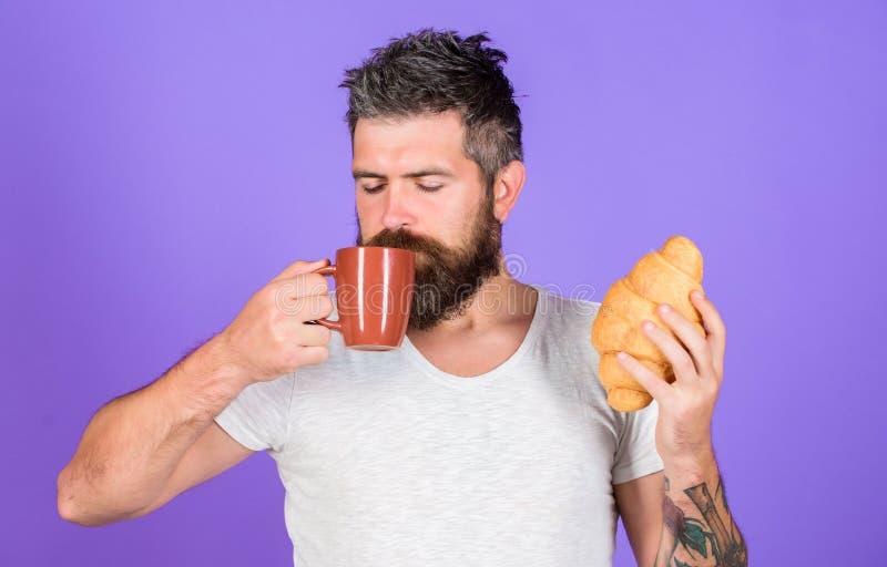 Den uppsökte hipsteren tycker om frukostdrinkkaffe Morgontraditionsbegrepp Men första kaffe Tyck om varje smutt av kaffe royaltyfria bilder