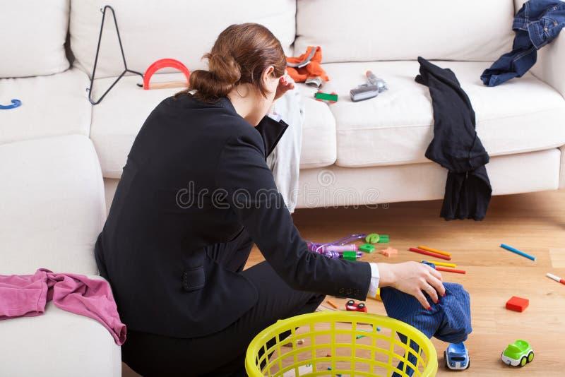 Den upptagna kvinnan är trött hennes arbetsbörda royaltyfri fotografi