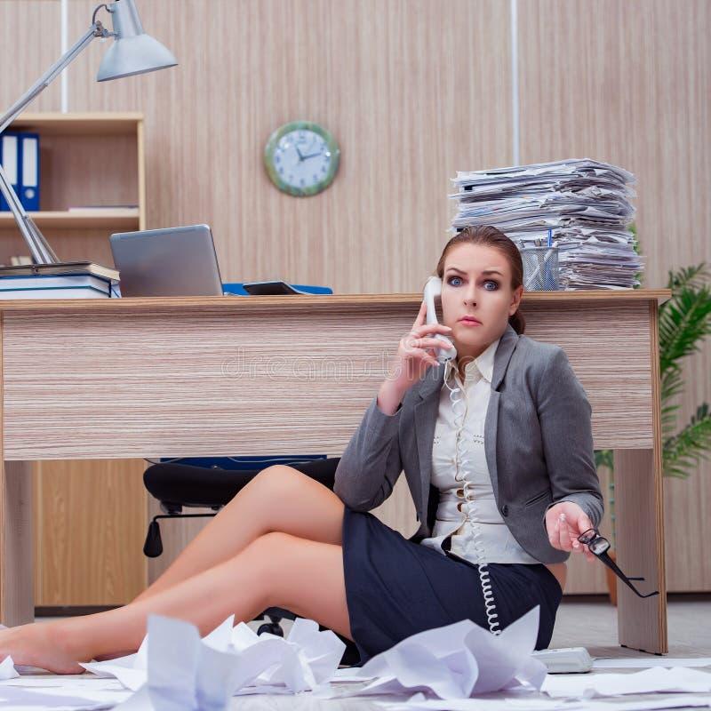 Den upptagna stressiga kvinnasekreteraren under spänning i kontoret arkivbild