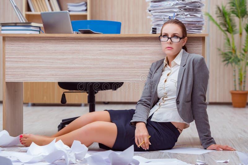 Den upptagna stressiga kvinnasekreteraren under spänning i kontoret royaltyfria foton