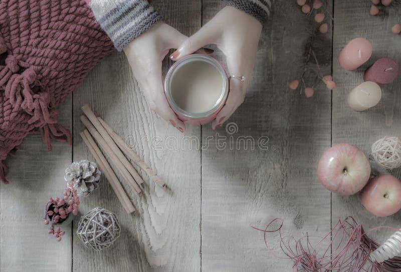 Den urblekta mjuka bilden av kvinnans händer som rymmer kaffe, rånar ovanför lantligt royaltyfri foto