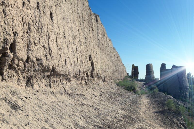 Den urgamla fästningens mur på Kyzylkum Desert royaltyfri fotografi