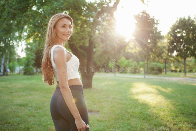 Den ursnygga idrotts- kvinnan som går i, parkerar royaltyfri fotografi