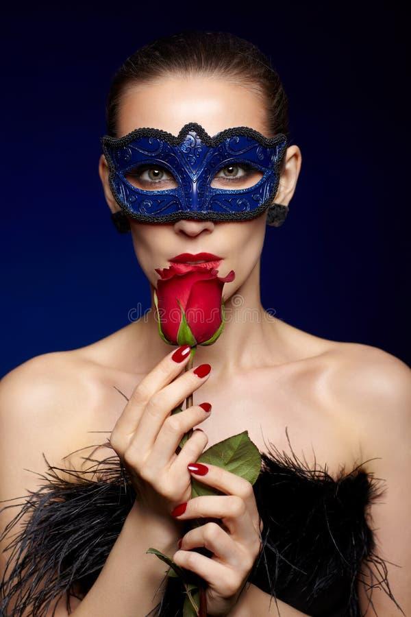 Den ursnygga kvinnan maskerar in royaltyfria foton