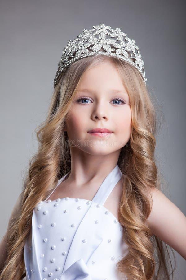 Den ursnygga liten flicka krönar in royaltyfria foton