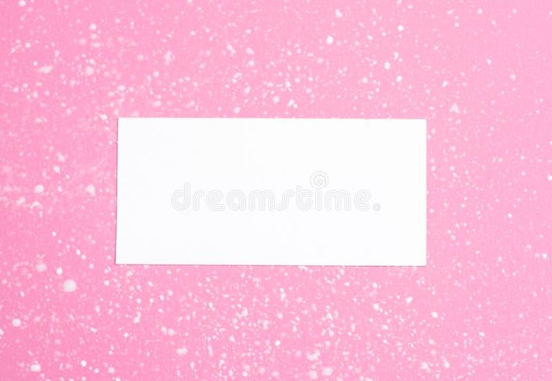 Den utformade kvinnliga l?genheten l?gger p? blek pastellf?rgad rosa bakgrund, b?sta sikt Minsta kvinnas skrivbord med ?tl?je f?r arkivfoto