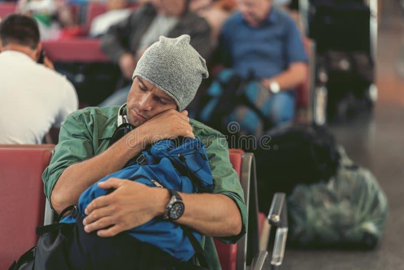 Den utmattade grabben sover på bänk fotografering för bildbyråer