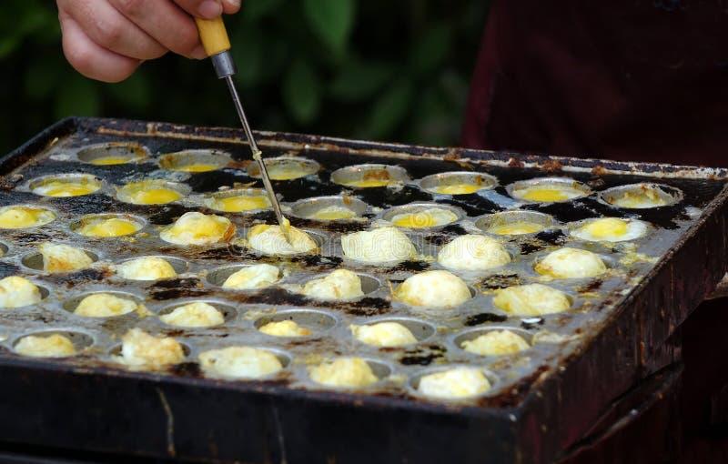 Den utomhus- försäljaren lagar mat vaktelägg fotografering för bildbyråer