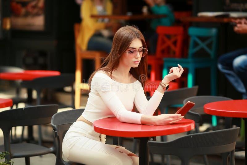 Den utomhus- modest?enden av den unga h?rliga kvinnan med utg?r och den perfekta kroppen, den b?rande sexiga tillf?lliga dr?kten, arkivbilder