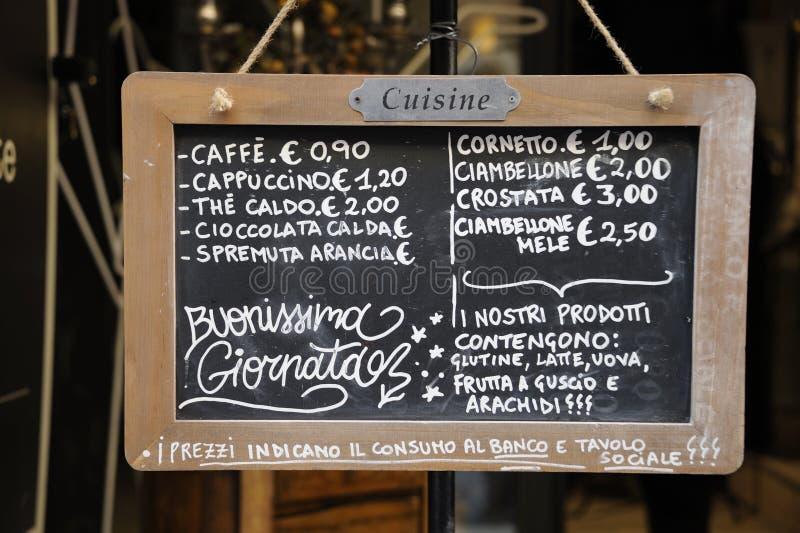 Den utomhus- restaurangmenyn undertecknar in italienare arkivbild
