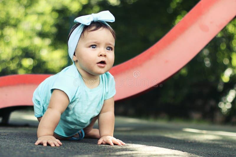 Den utomhus- ståenden av ett härligt behandla som ett barn på alla fours arkivfoton