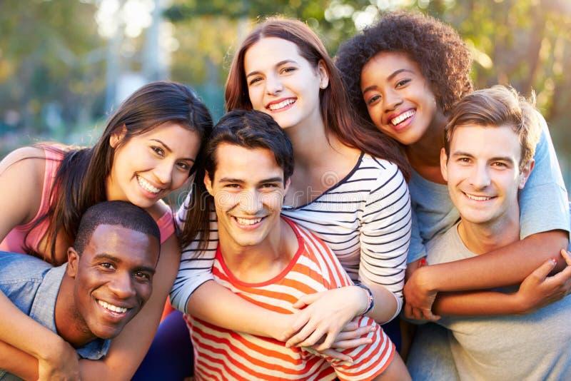 Den utomhus- ståenden av unga vänner som har gyckel parkerar in arkivbild