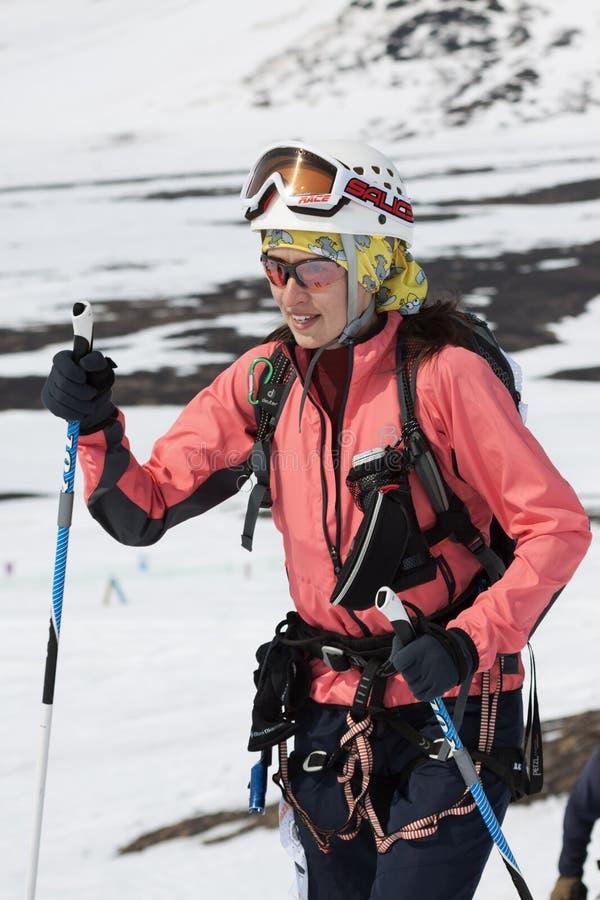 Den utrustade ståenden av den unga kvinnan skidar bergsbestigaren arkivbild