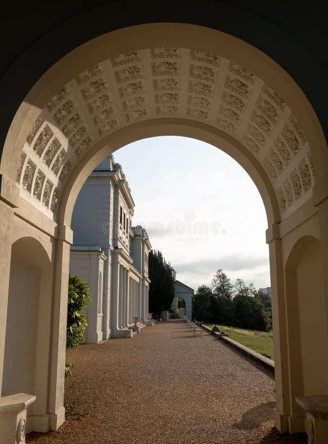Den utsmyckade bågen på nyligen renoverade Gunnersbury parkerar och museet på det Gunnersbury godset, västra London UK royaltyfria foton