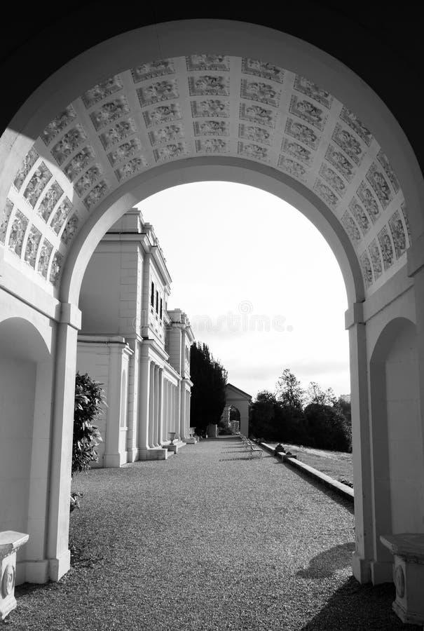 Den utsmyckade bågen på nyligen renoverade Gunnersbury parkerar och museet på det Gunnersbury godset, västra London UK royaltyfria bilder